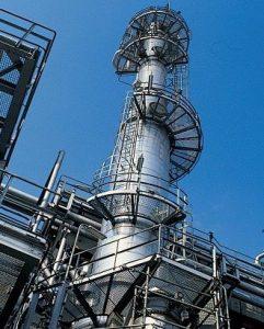 """La destilación es la operación fundamental para la refinación del petróleo. Su objetivo es conseguir, mediante calor, separar los diversos componentes del crudo. este proceso es denominado """"destilación fraccionada""""."""