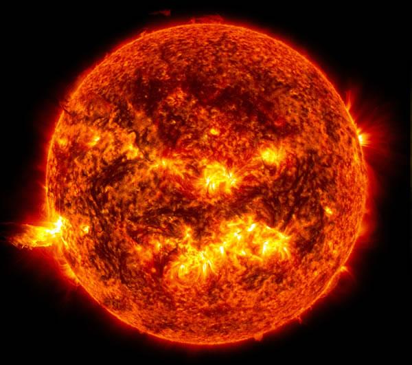 En el Sol, se unen dos núcleos de hidrógeno para formar unnúcleo de helio. La fusión de los átomos de hidrógeno liberacuatro veces más energía por gramo que lo emitido en unareacción de fisión nuclear. Pero el proceso requiere también detemperaturas elevadas del orden de 10.000.000 K, condiciónnecesaria para vencer las fuerzas de repulsión entre núcleos ylograr que se fusionen.