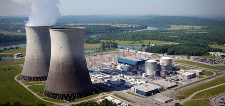 Los procesos de fisión nuclear se llevan a cabo en los reactores nucleares. Estas son grandes instalaciones diseñadas para transformar la energía nuclear en otras formas energéticas, como la electricidad.