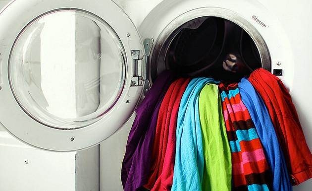 El funcionamiento de una lavadora actúa como una centrífuga y un filtro a la vez. A medida que gira a gran velocidad, la ropa se deposita en las paredes internas de la lavadora y el agua pasa a través de los agujeros de la lavadora. La ropa no puede pasar por la agujeros y por tanto el agua es removida de forma gradual.