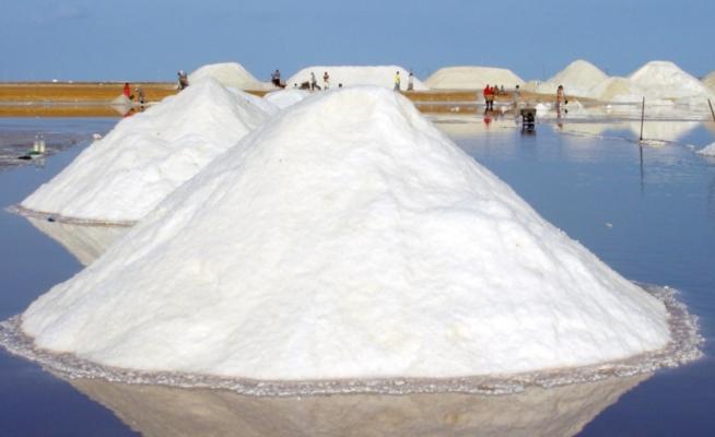 En muchas partes del mundo, la sal de mesa se obtiene de la evaporación del agua de mar.El calor para el proceso proviene del sol.