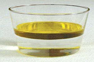 En la figura que está al costado izquierdo se muestran dos líquidos que son inmiscibles, agua y aceite, donde se aprecian con claridad las dos fases. Si el vaso se agita, se forma una emulsión, que es un tipo de mezcla heterogénea. Sin embargo, al dejarla en reposo, los componentes se separan nuevamente y el aceite, de menor densidad que el agua, queda en la parte superior del vaso.