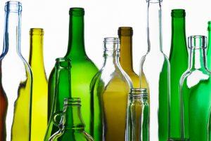 El vidrio puede adquirir color si se le añaden óxidos de metales de transición a las mezclas utilizadas para prepararlo. El color se produce porque el óxido metálico absorbe la luz de la región visible del espectro, y deja pasar la que no absorbe, que corresponde a los colores que se ven, Es así como el óxido de Cu(I) origina el color rojo, pues absorbe la luz con longitudes de onda que pertenecen a todos los colores, menos la vinculada al color rojo; el óxido de Cu(II) genera el verde, y el óxido de Co(II), el azul.