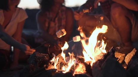 Sentimos el calor del fuego debido a la diferencia de temperatura entre la hoguera y nuestro cuerpo.