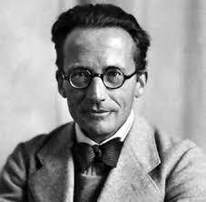 Erwin Schrodinger (1887-1961) contribuyó significativamente a la elaboración del modelo atómico actual, con la formulación de un sistema probabilístico para indicar la ubicación de un electrón cualquiera en la periferia de un átomo.
